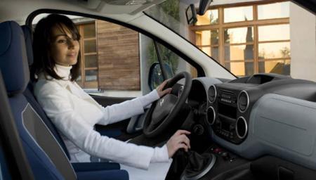 Conductora al volante